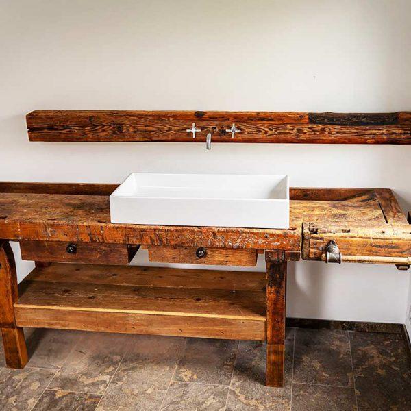 In Massivholz eingearbeitetes Waschbecken